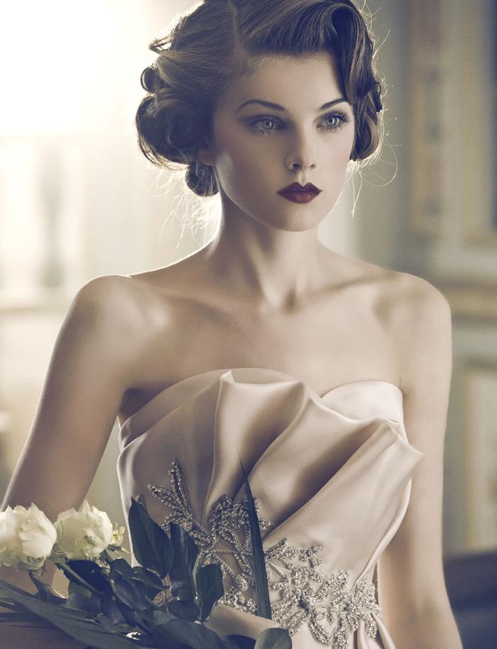 une coiffure de mariée rétro chic associée à un maquillage pin up sophistiqué