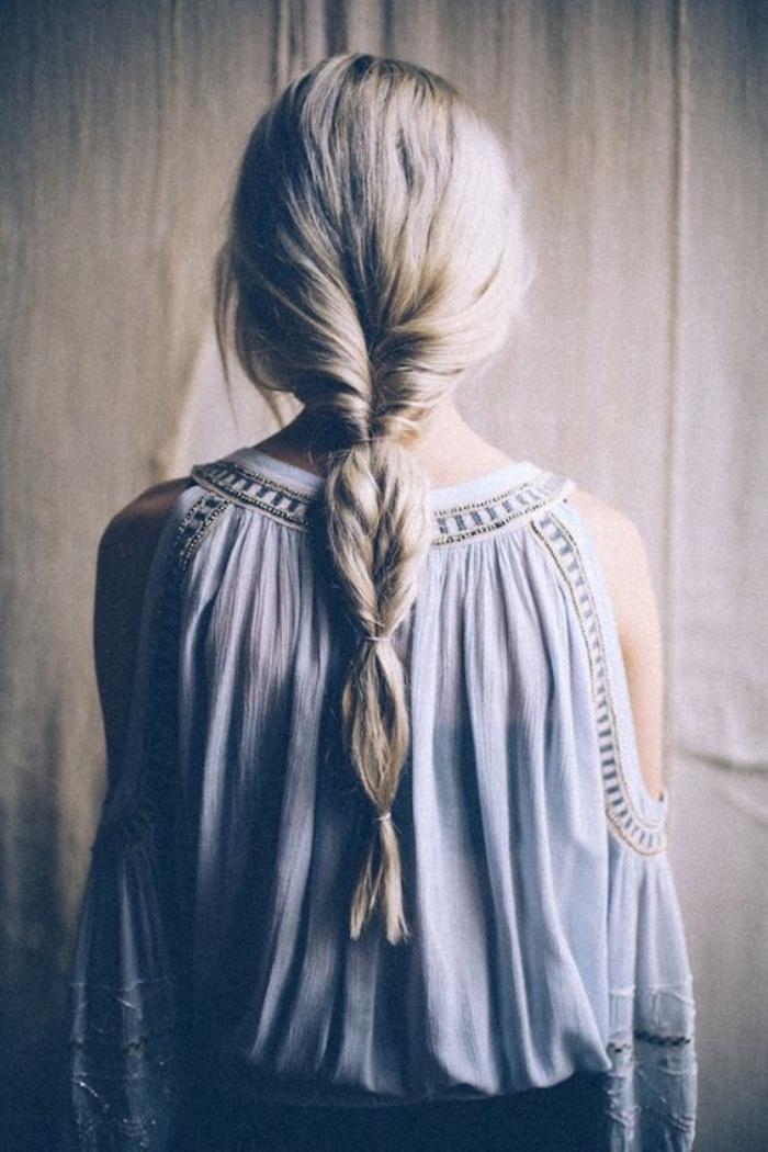 modele de coiffure facile a faire, deux sections de cheveux entortillées et rassemblées en arrière, coiffure de princesse
