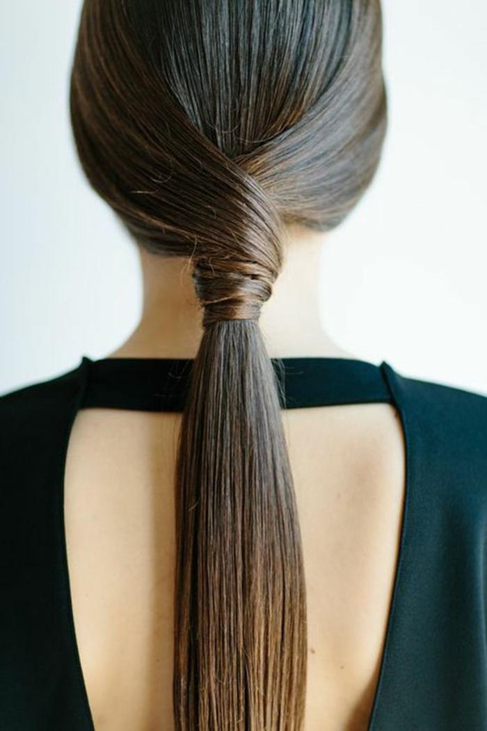 coiffure simple et rapide, deux mèches de cheveux liées derrière au centre pour se fondre dans une queue de cheval, cheveux lisses