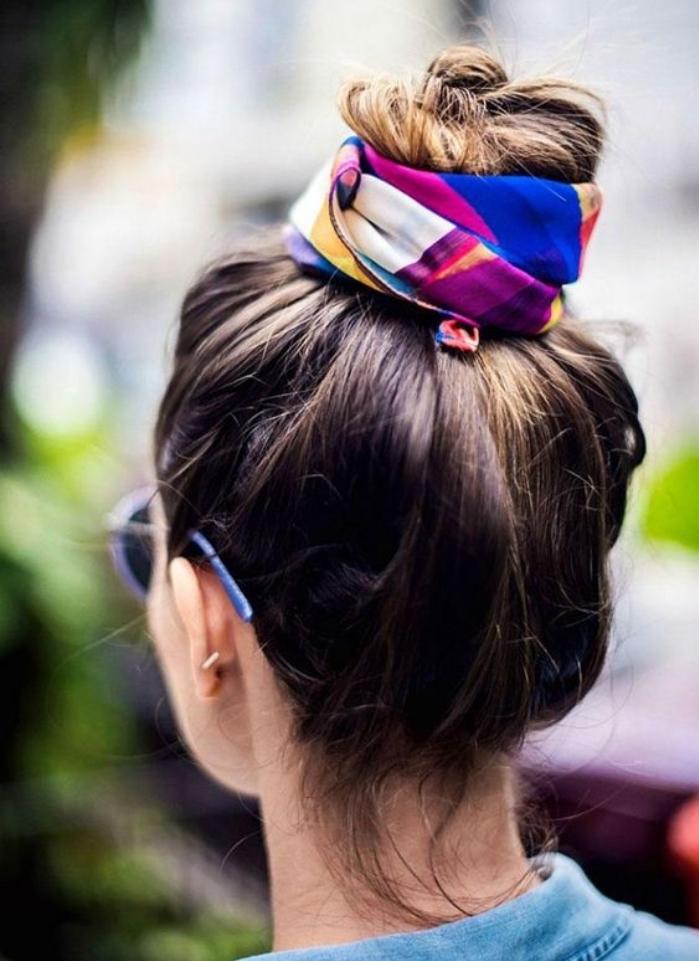 coiffure facile a faire, chignon décoiffé sur des cheveux longs chatain, foulard multicolore bandeau parer la coiffure
