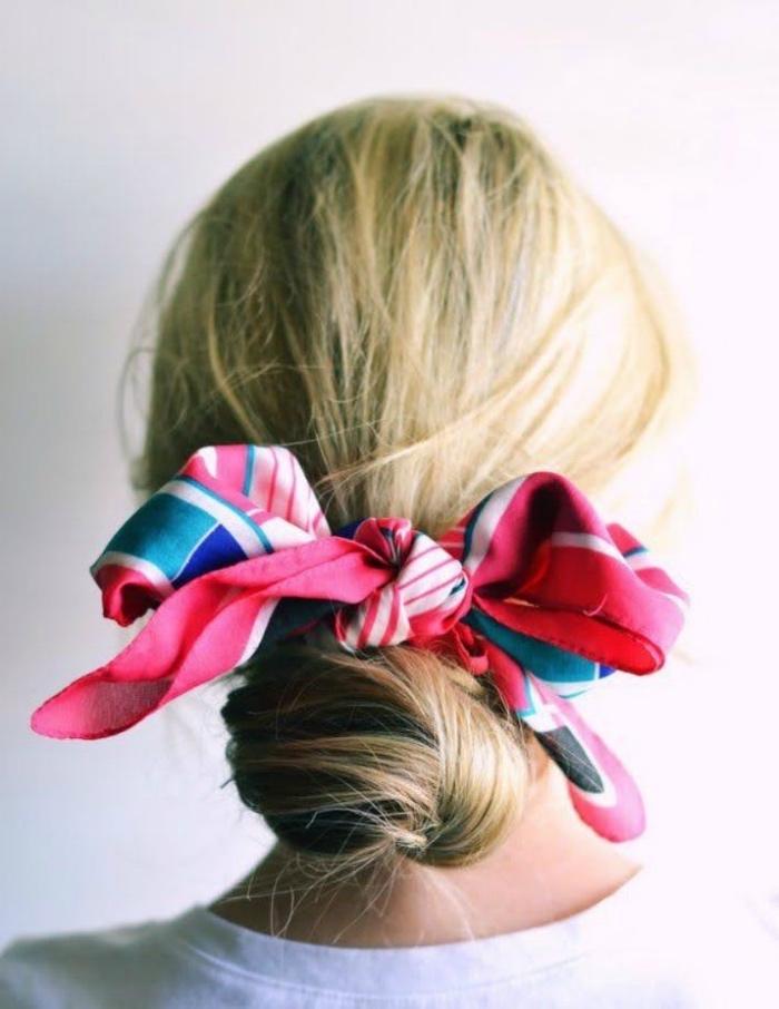 modele de chignon bas a faire soi meme, coiffure parée d un foulard multicolore, mèches rebelles