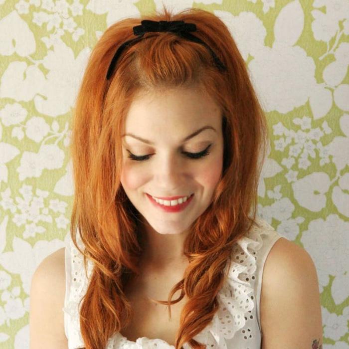 coiffure facile et rapide, coupe de cheveux dégradé avec ruban noir et volume sur le dessus, couleur cheveux roux