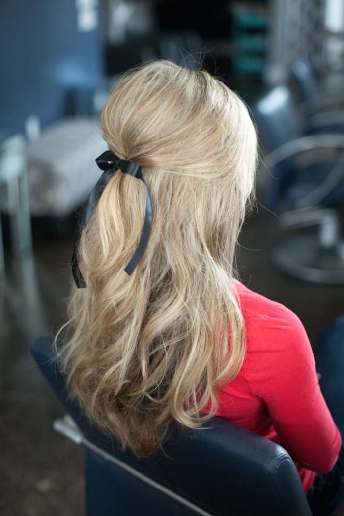 cheveux lâchés et dessus volumineux, cheveux de devant réunis en arrière avec un ruban noir, coiffure simple et rapide