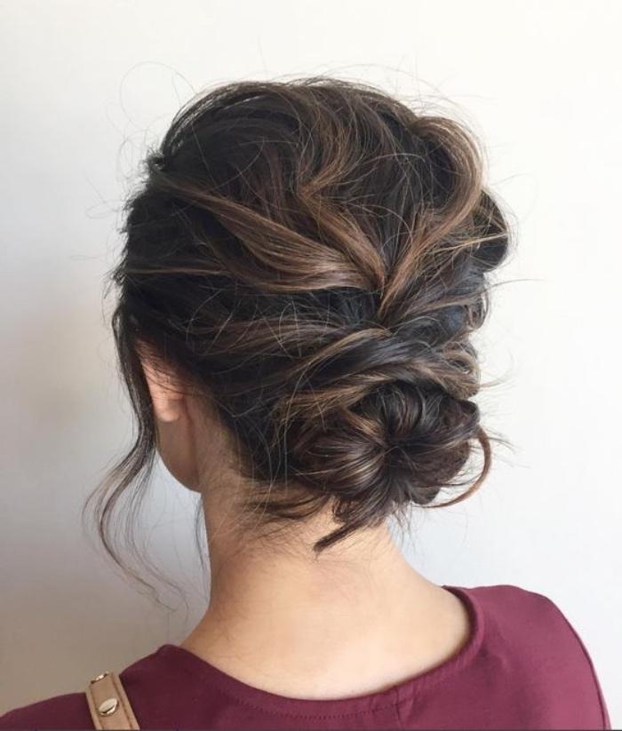 idée de chignon flou sur de longs cheveux bouclés chatain, mèches libres encadrant le visage, coiffure féminine élégante
