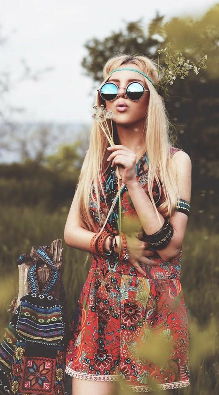 Style bohème chic femme style boheme chic look hippie combishort coloré lunettes de soleil rondes hippie