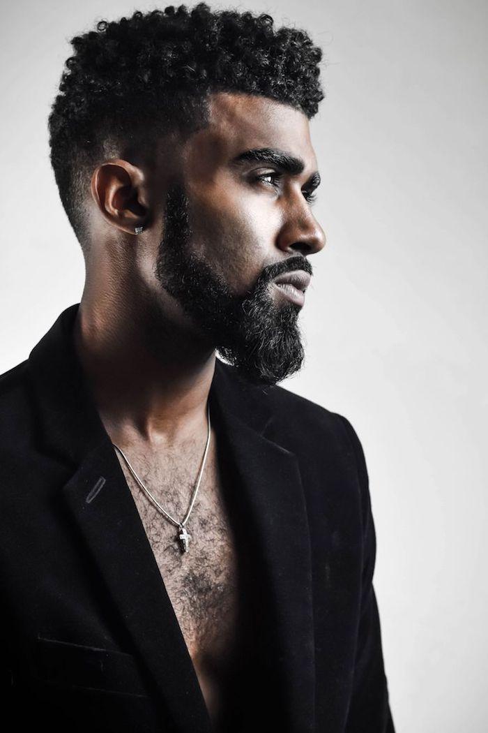 idée coupe de cheveux, blazer noir pour homme, collier pour homme, cheveux noirs frisés avec nuque rasée