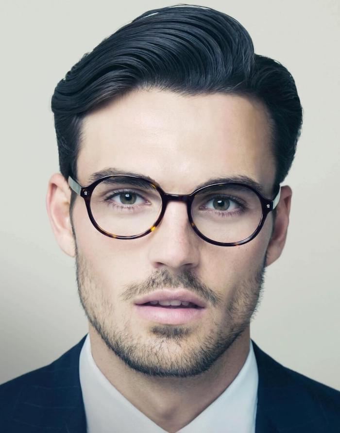 coupe de cheveux homme tendance, chemise blanche avec blazer noir, lunettes de vue forme ronde pour homme
