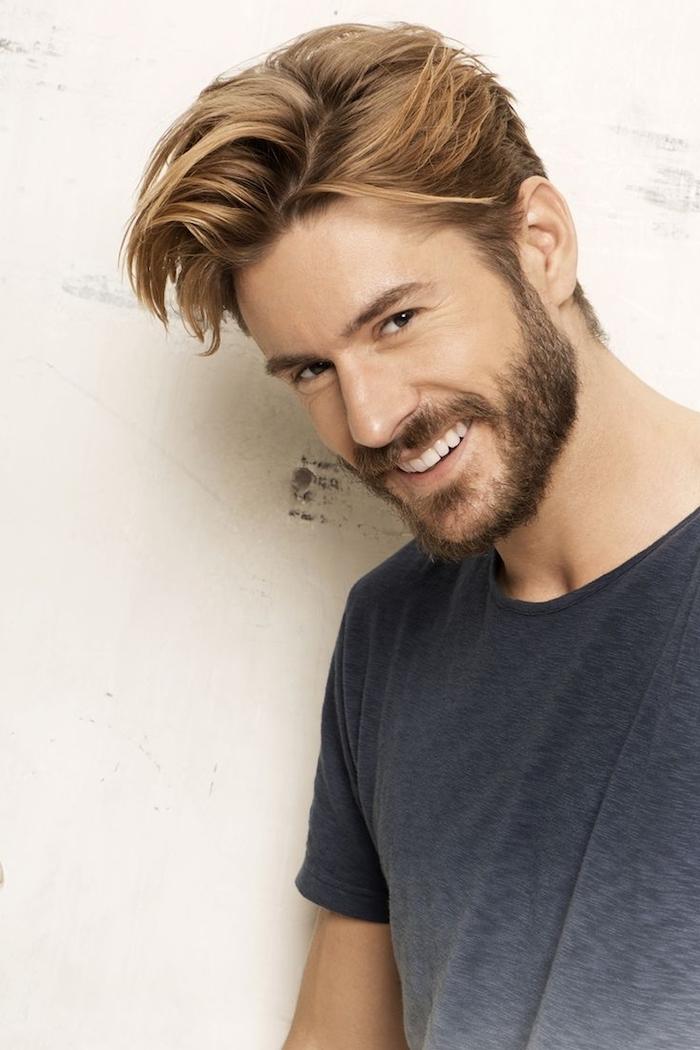 coupe de cheveux homme tendance, t-shirt gris ombré pour homme, couleur de cheveux blonde homme