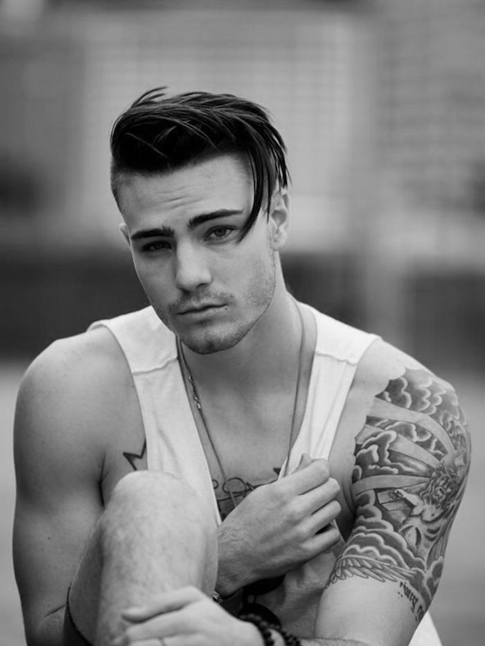 idée coupe de cheveux, bracelet en perles noires pour homme, collier en argent pour homme, coiffure cheveux courts