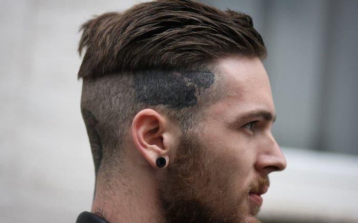 coupe de cheveux homme court, piercing oreille en noir pour homme, undercut avec tatouage sur la tête