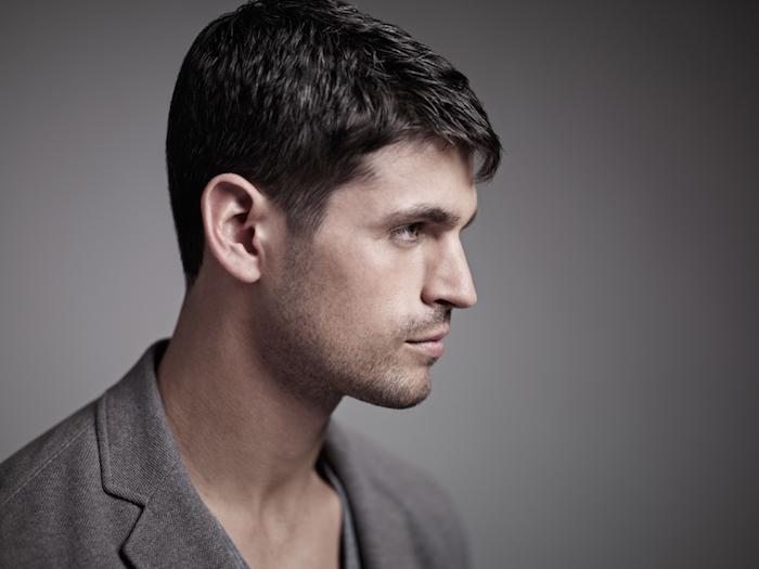 coupe de cheveux homme court, blazer gris pour homme, barbe naissante et cheveux noirs, cheveux raides homme