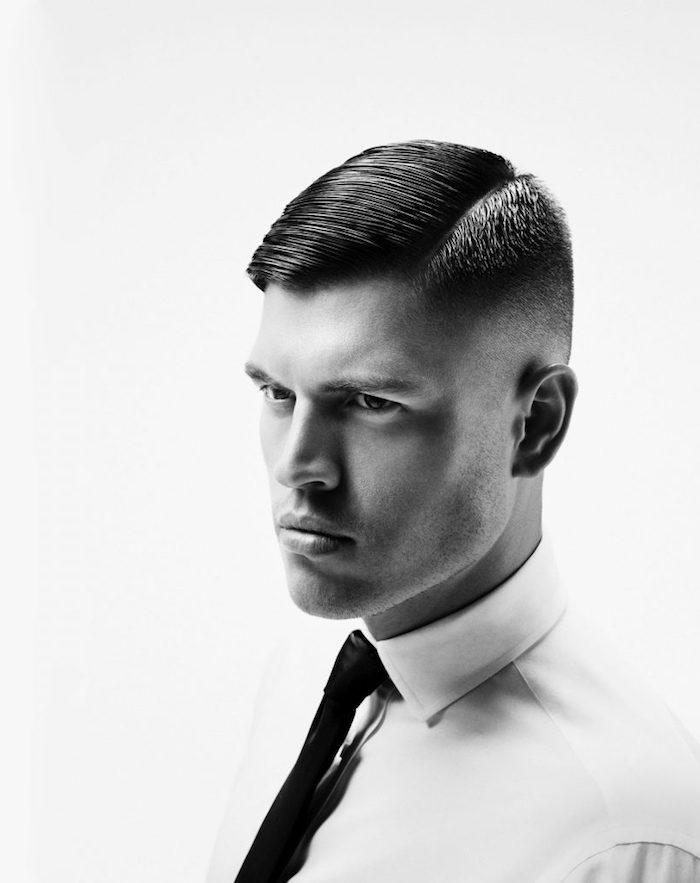 modele de coiffure, chemise blanche avec cravate noire, coupe courte pour homme sur le côté