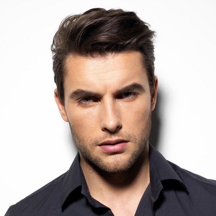 homme brun, chemise noire pour homme, barbe naissance et cheveux marron foncé, coupe courte avec volume