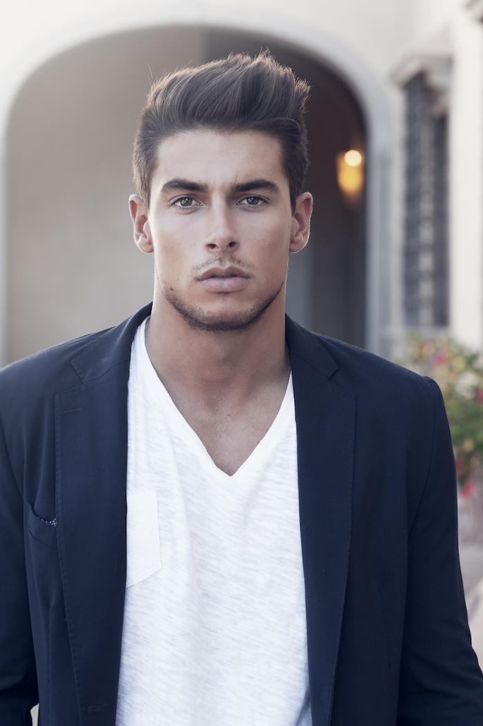 idée coupe de cheveux, blazer noir avec t-shirt blanc, homme aux yeux marron, coupe de cheveux courts