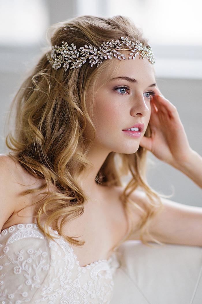 accessoire cheveux marriage, lèvres rose, yeux bleus, robe de mariée avec bustier en dentelle