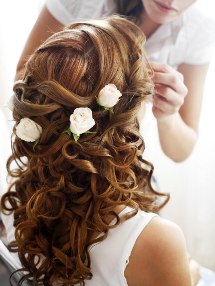 modele de coiffure, couleur de cheveux orange, roses blanches, coiffure avec boucles