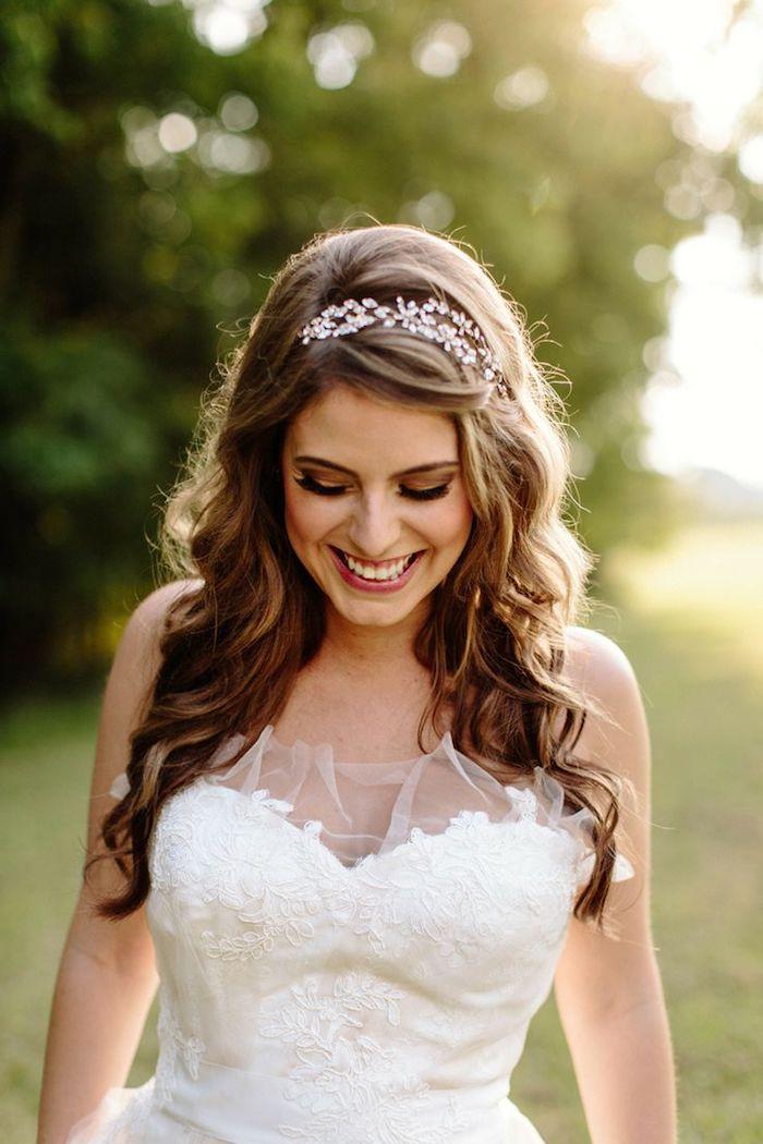 bijoux cheveux marriage, coiffure avec boucles, diadème en cristaux, cheveux marron