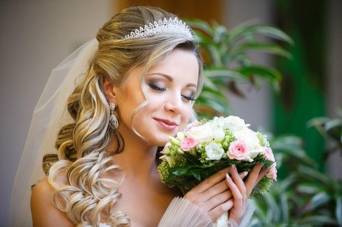 modele de coiffure, cheveux mi attachés, couronne en perles et cristaux, vision princesse, boucles d'oreilles vintage