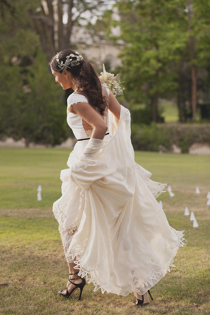 coiffure mariée, coiffure queue de cheval, bouquet de mariée, robe de mariée longue