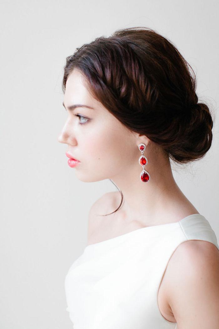modele de coiffure, robe de mariée avec bustier asymétrique, coiffure mariée, couleur de cheveux marron