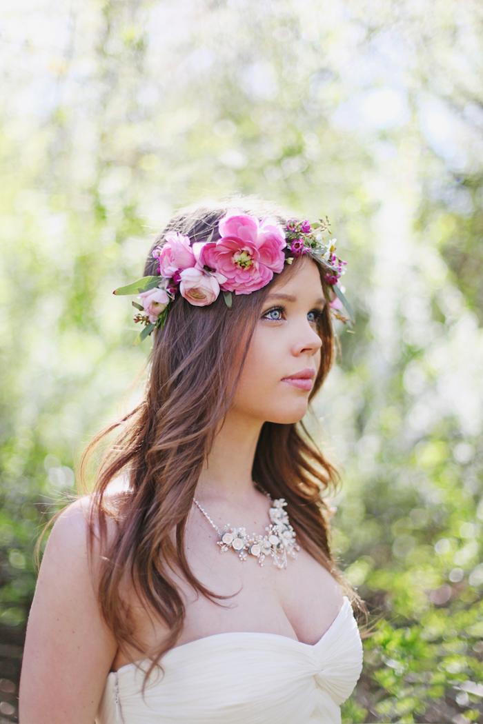 modele de coiffure, robe de mariée couleur champagne, diadème de fleurs, cheveux marron