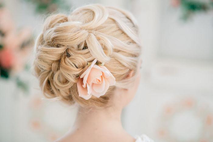 accessoire cheveux marriage, couleur de cheveux blonde, chignon en boucles, coiffure avec fleurs dans les cheveux