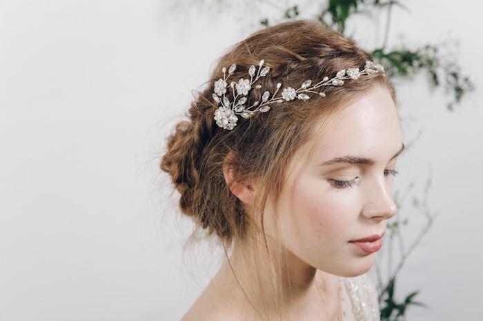 accessoire cheveux marriage, chignon en tresse, couleur de cheveux châtain, maquillage naturel