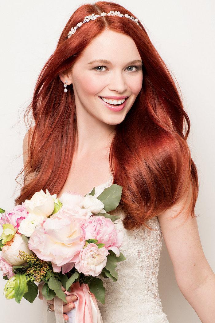 modele de coiffure, cheveux d'Ariel, couleur de cheveux rouge, diadème en cristaux, bouquet de roses