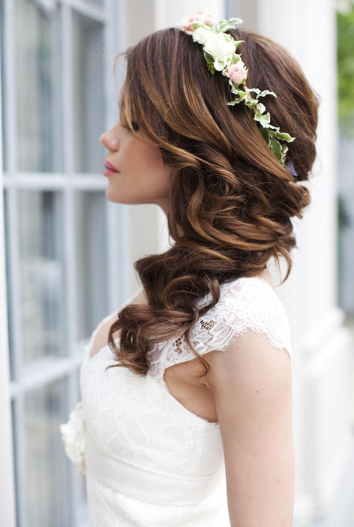 modele de coiffure, robe de mariée avec bretelle en dentelle, couleur de cheveux marron