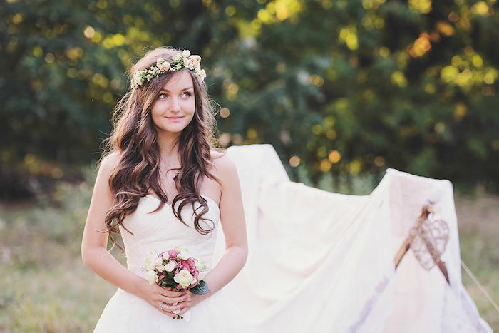 accessoire cheveux marriage, femme style bohème, mariage en plein air, coiffure de mariée cheveux détachés