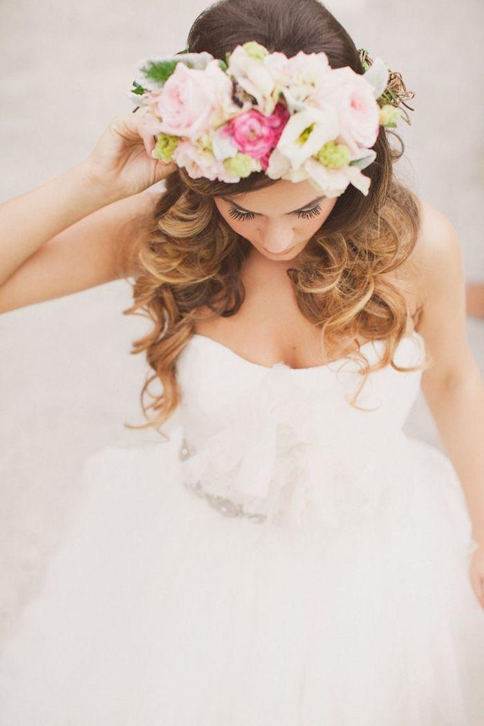 modele de coiffure, robe de mariée longue avec jupe en tulle, coupe de cheveux longs