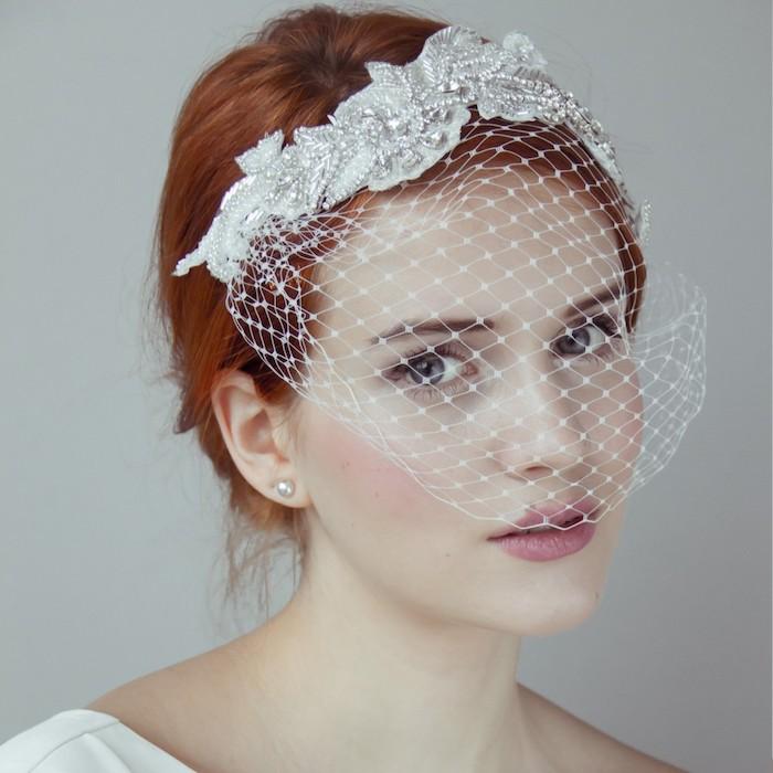chignon marriage, couleur de cheveux orange, voile de mariée courte, poudre rose, rouge à lèvre rose