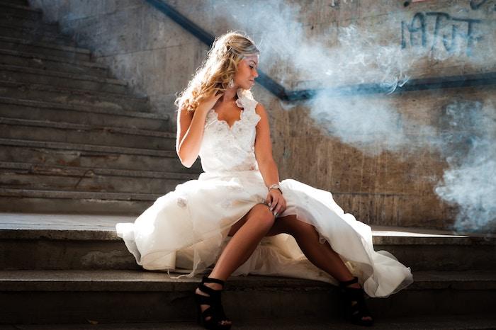 modele de coiffure, robe de mariée longue, vernis à ongle bleu, montre en or