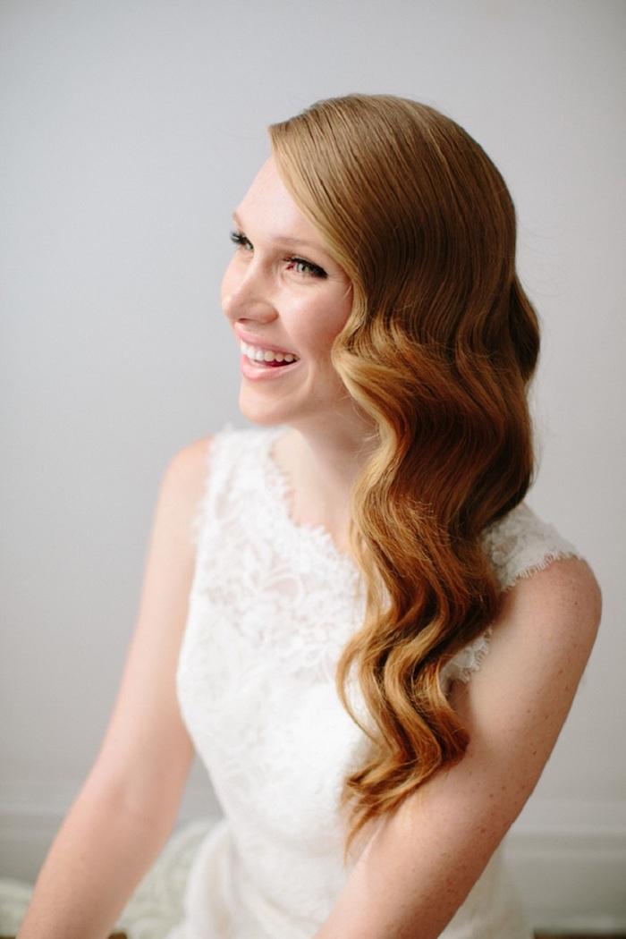 modele de coiffure, couleur de cheveux orange, coiffure sur le côté, boucles, coiffure marriage