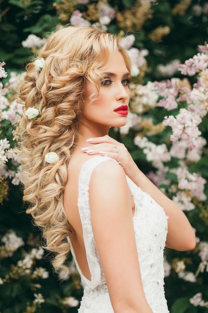 coiffure mariée, roses, robe de mariée dos nu, couleur de cheveux blonde, coiffure avec boucles