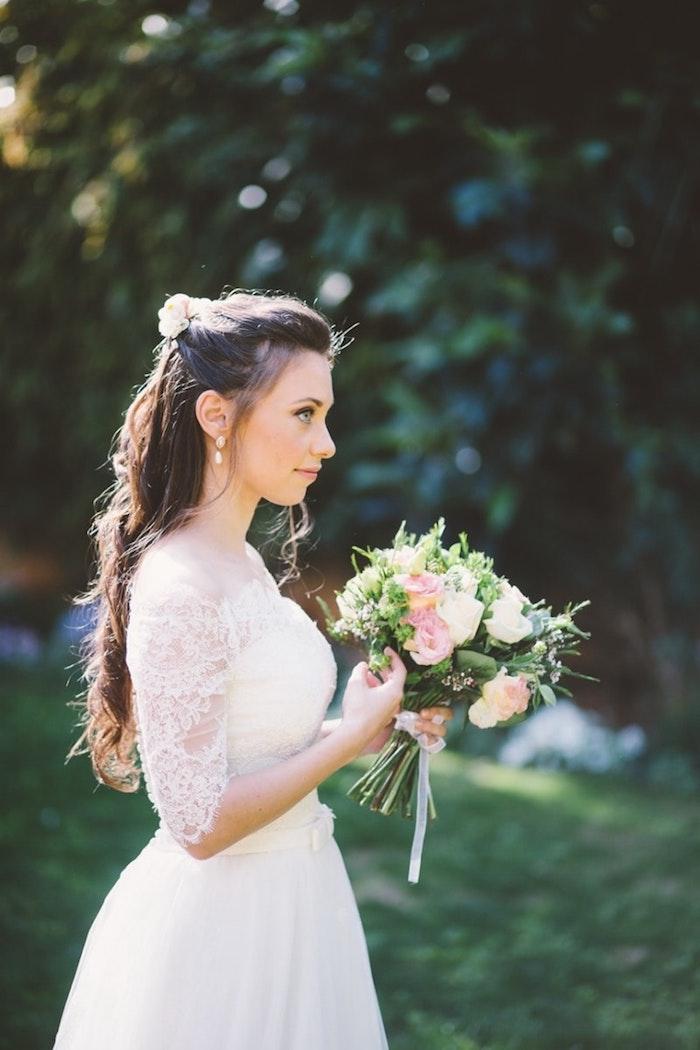 coiffure marriage, robe de mariée couleur champagne, coiffure cheveux mi-attachés