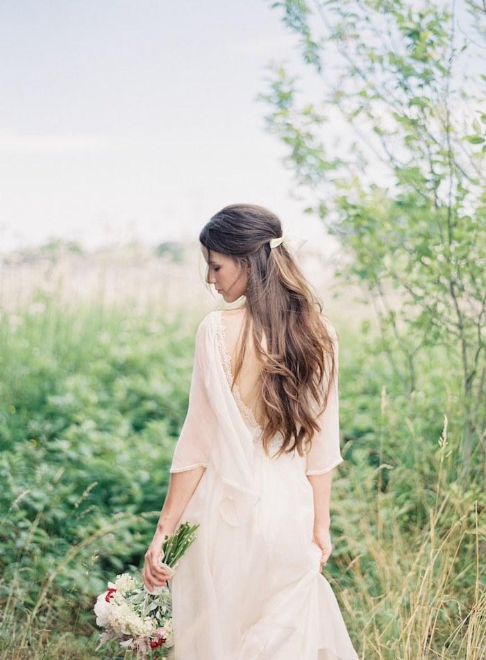 accessoire cheveux marriage, coiffure cheveux mi-attachés, robe de mariée bohème