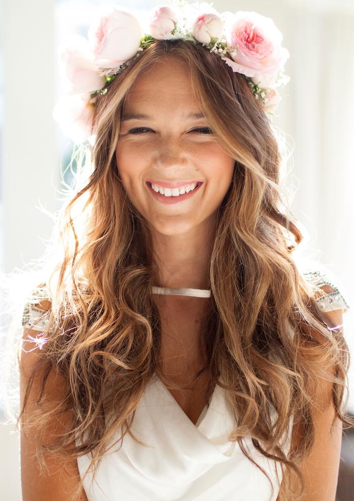 modele de coiffure, femme esprit bohème, collier métallique, cheveux naturellement bouclés, diadème en roses