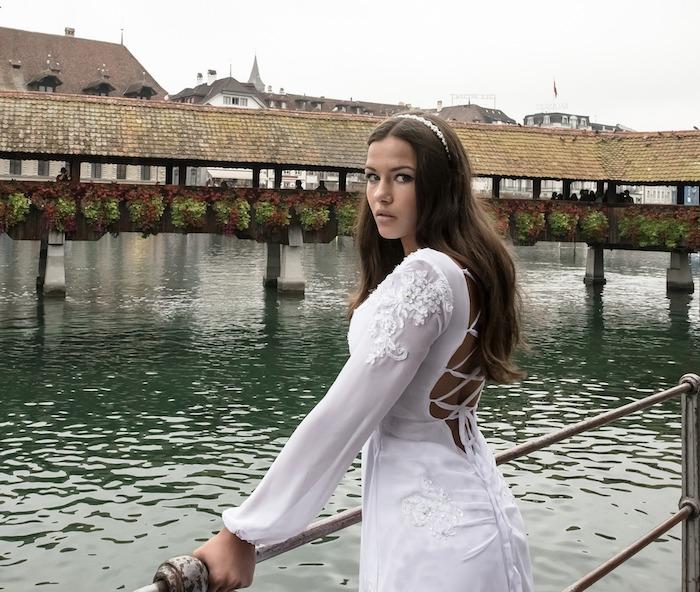 accessoire cheveux marriage, couleur de cheveux brun, robe de mariée avec dos en lacets