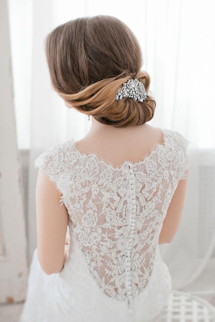 coiffure mariage cheveux mi long, robe de mariée avec dos en dentelle, balayage californien