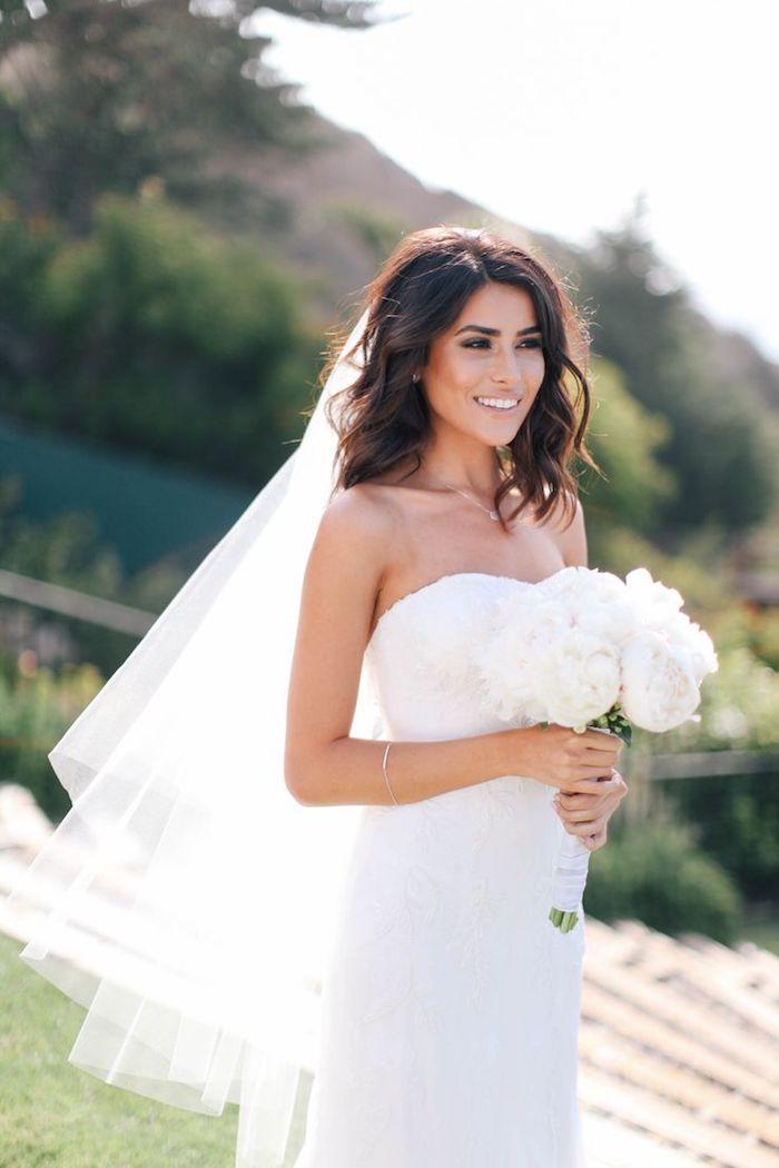 modele de coiffure, bouquet de mariée en fleurs blanches, coupe de cheveux mi long