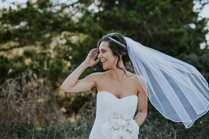 accessoire cheveux marriage, bouquet de mariée, voile de mariée longue, diadème cheveux en cristaux