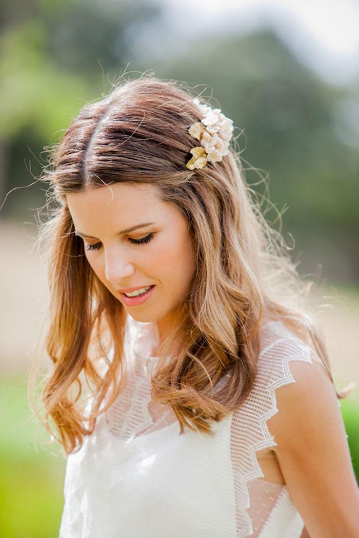 modele de coiffure, style bohème, cheveux détachés, accessoire cheveux marriage en fleurs