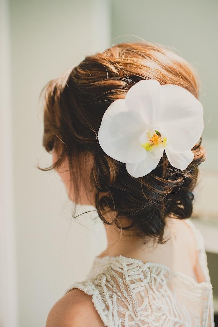 chignon bas marriage, coiffure avec fleurs, cheveux orange et marron, coupe de cheveux courts
