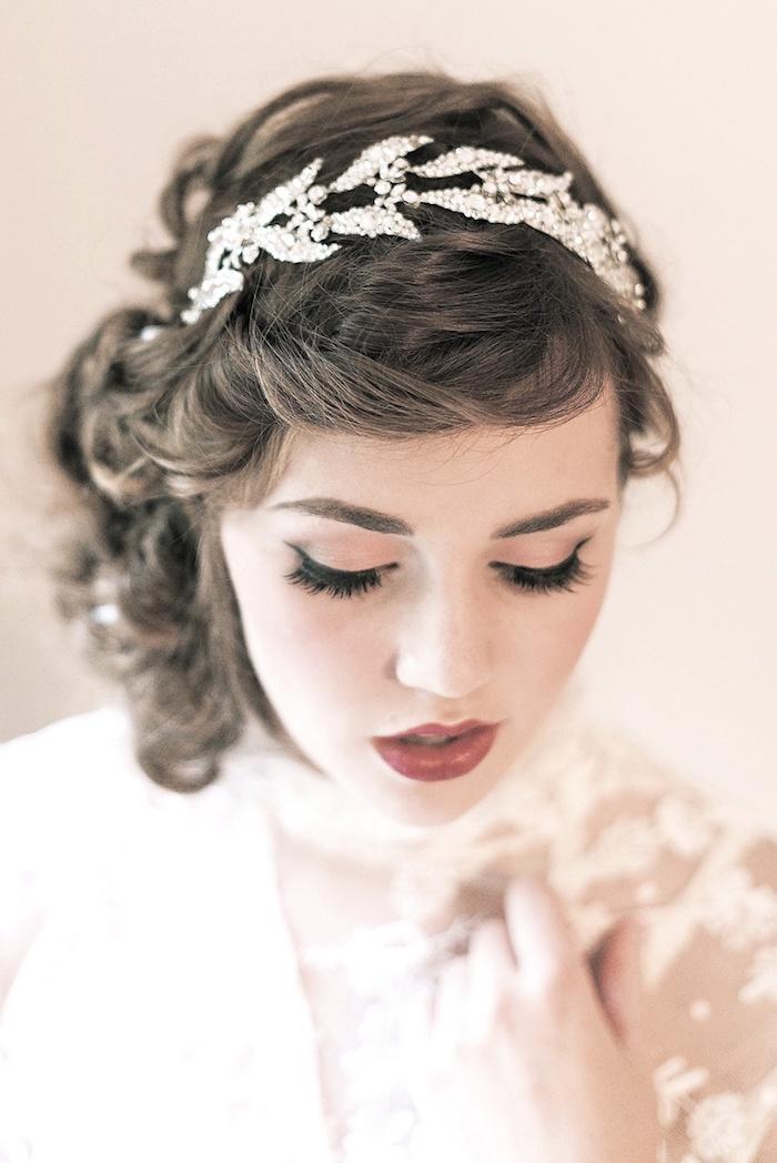 modele de coiffure, rouge à lèvre foncé, fard à paupières pêche, diadème en cristaux et perles