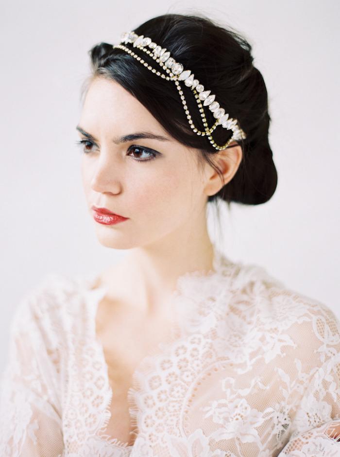 chignon marriage, maquillage avec eye-liner, cheveux noirs, bijoux de cheveux en cristaux