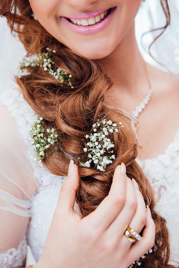 modele de coiffure, couleur de cheveux orange, collier femme en cristaux et or, coiffure mariage cheveux long