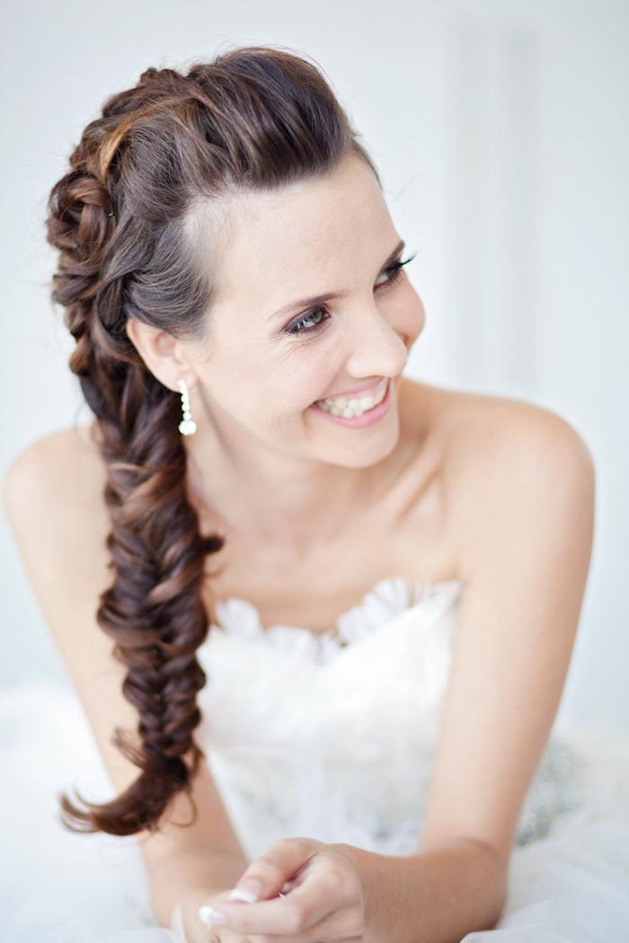 coiffure mariée, robe de mariée avec bustier en tulle, coiffure avec tresse, couleur de cheveux marron