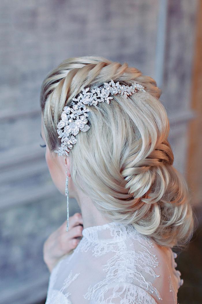 coiffure mariage facile, couleur de cheveux blond avec racines noires, boucles d'oreilles en cristaux