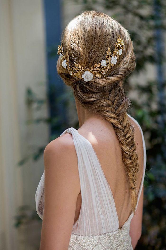 coiffure mariage facile, accessoire de cheveux à motifs feuilles dorées, coiffure avec tresse